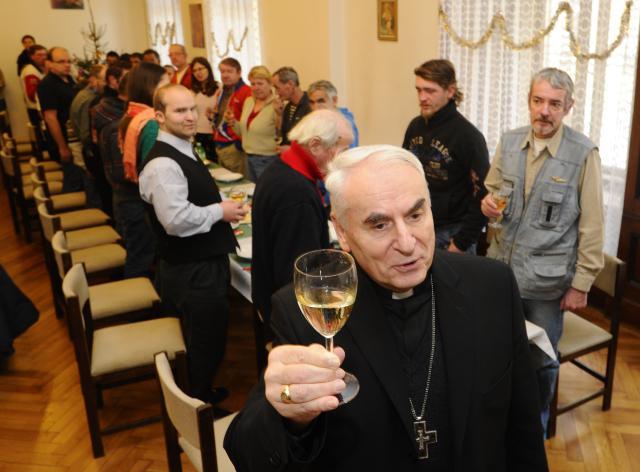 S biskupem Cikrlem si připili na zdraví i zazpívali koledy