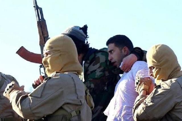 Příslušníci Islámského státu vlečou zajatého jordánského pilota