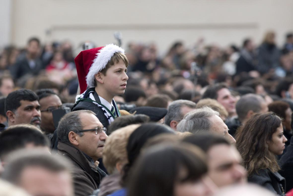 Lidé posloucahjí ve Vatikánu papežovo poselství
