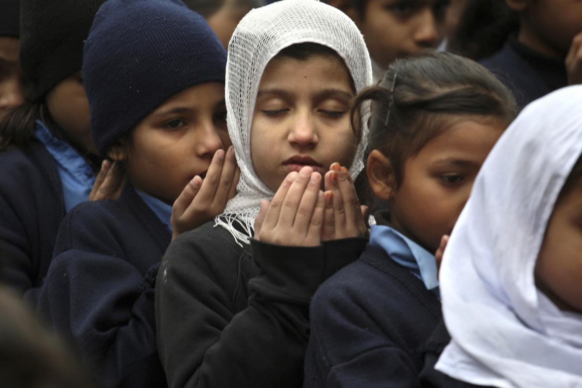 Pákistán pohřbívá oběti masakru ve škole