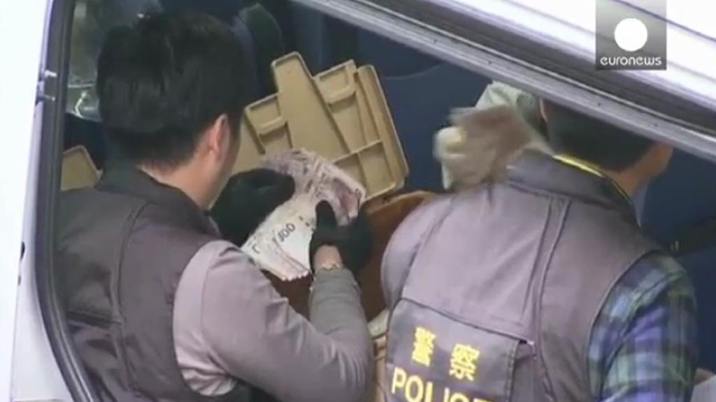 Hongkongští policisté přepočítávají posbírané bankovky