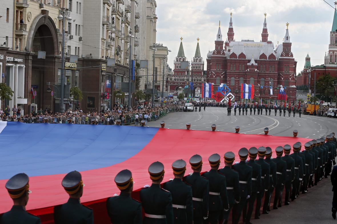 Ruská prezidentská stráž s národní vlajkou. Ilustrační foto.