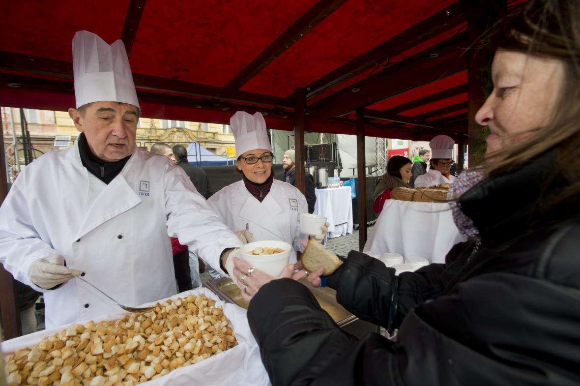 Ministr financí Andrej Babiš a pražská primátorka Adriana Krnáčová rozlévají rybí polévku na Staroměstském náměstí