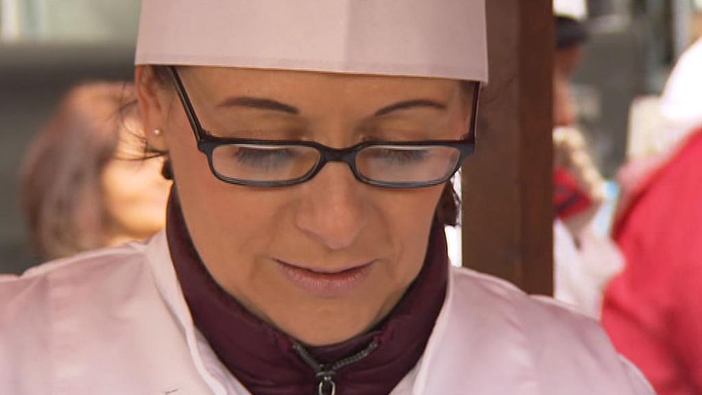 Pražská primátorka Adriana Krnáčová (ANO) při rozlévání rybí polévky