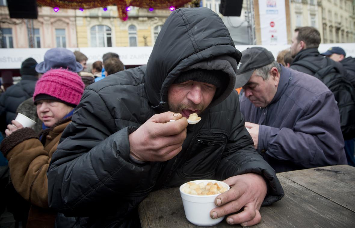 Tradiční rybí polévka podávaná na Staroměstském náměstí