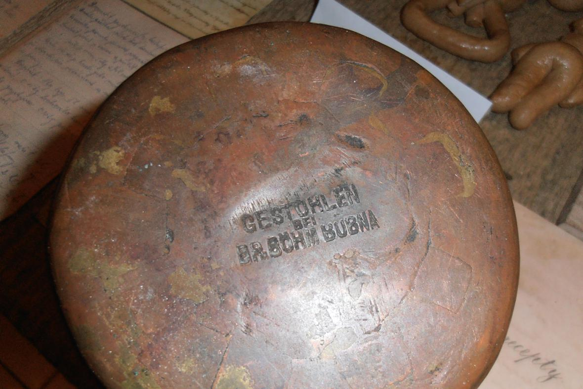 Vyražené jméno na kovových předmětech mělo ochránit majetek před zloději