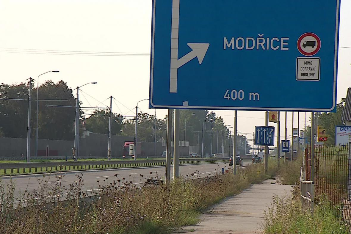 Informace o zákazu vjezdu tranzitní dopravy už se objevily i na dálnici