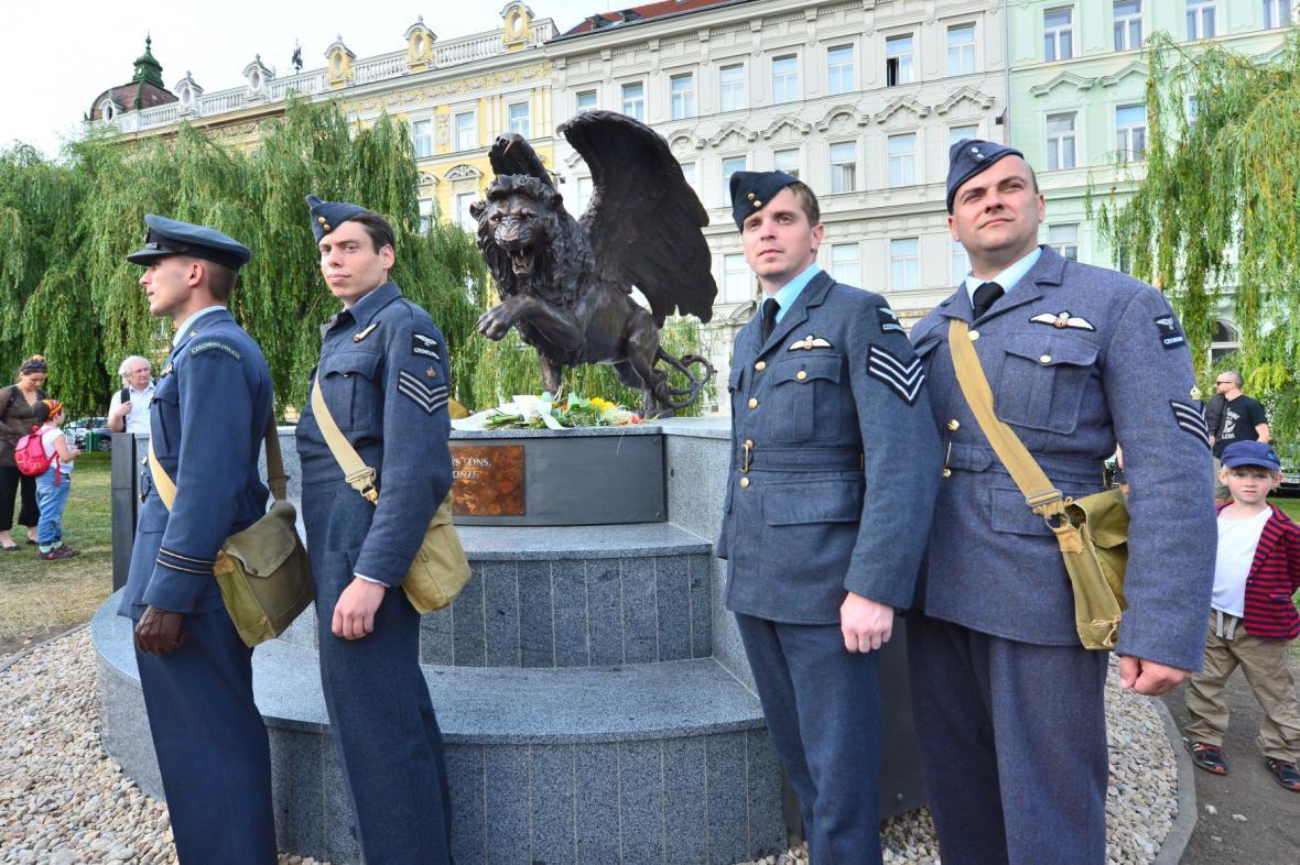 Památník československým letcům na pražském Klárově