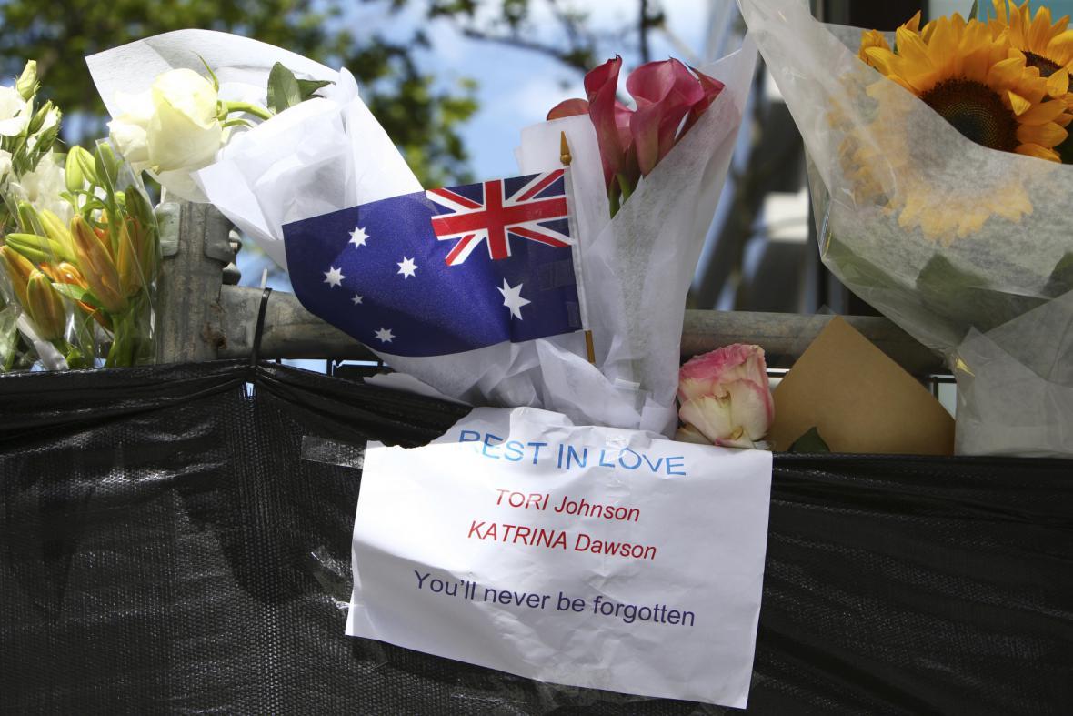 Lidé nosí květiny na místo tragédie v Sydney