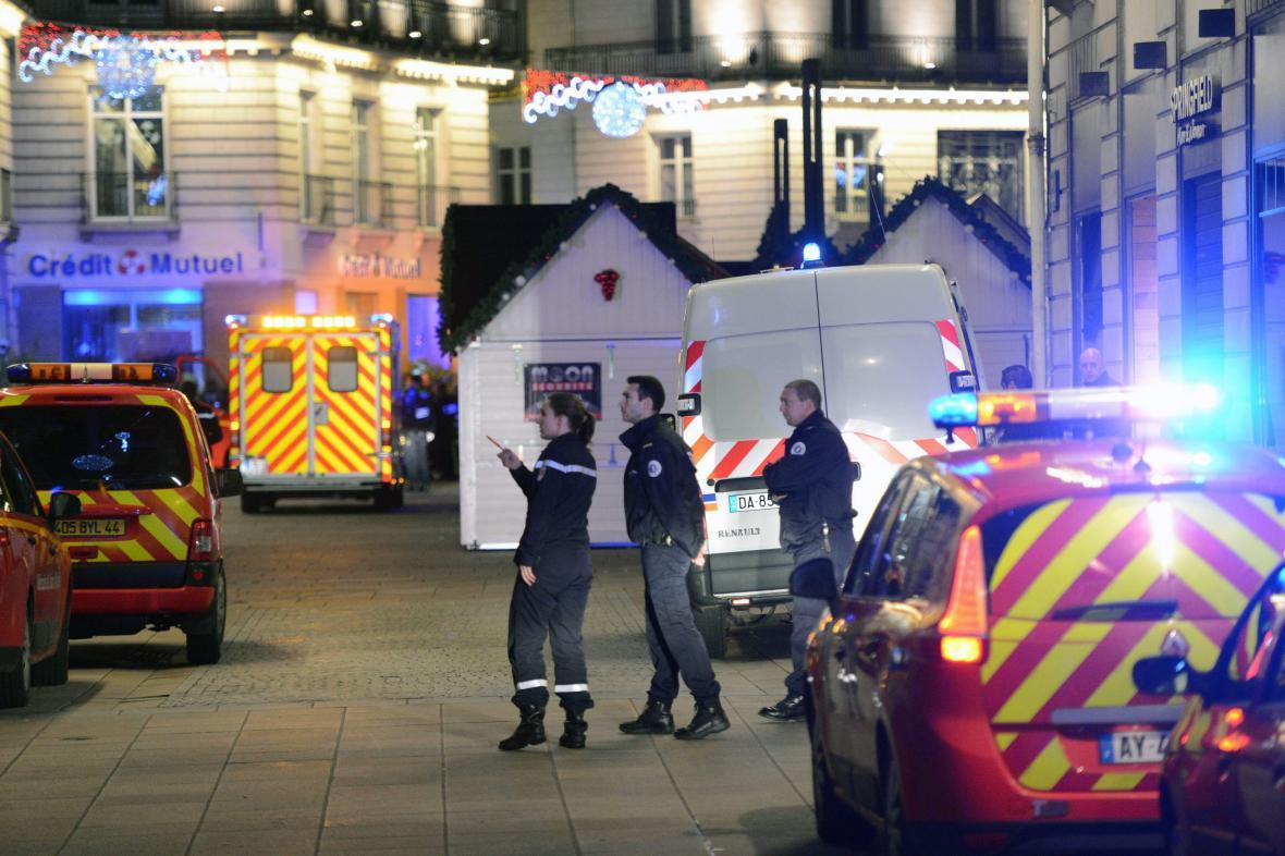 Policisté a záchranáři poblíž vánočního tržiště v Nantes