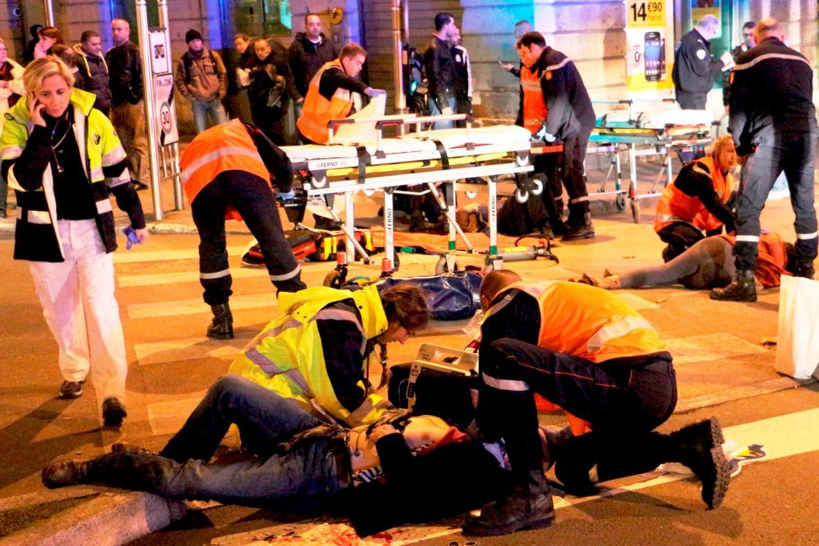 Zdravotníci ošetřují raněné po útoku šílence v Dijonu