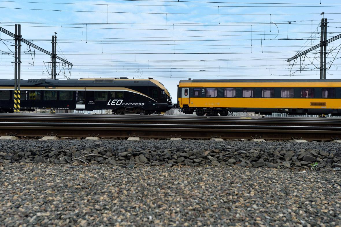 Konkurenční dopravci Leo Expres a RegioJet spojili kvůli výluce soupravy