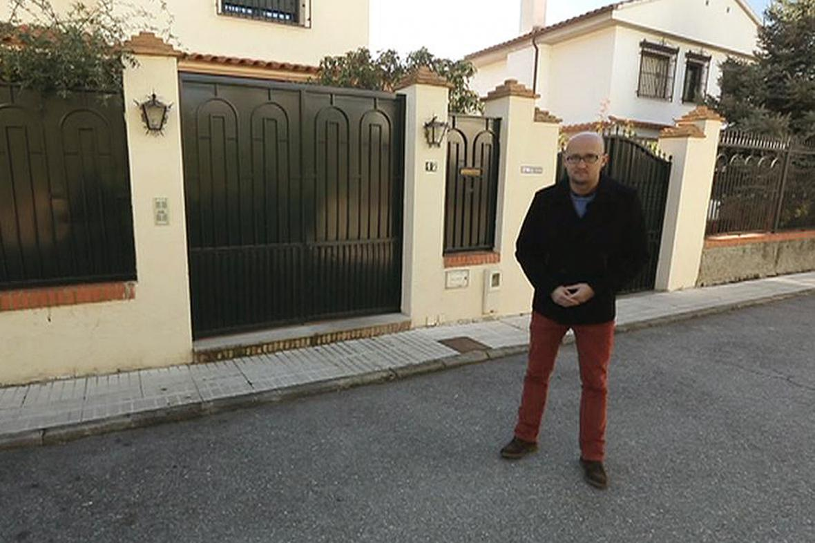 Zpravodaj ČT Petr Zavadil před vilou v Granadě, kde církev údajně zneužívala chlapce