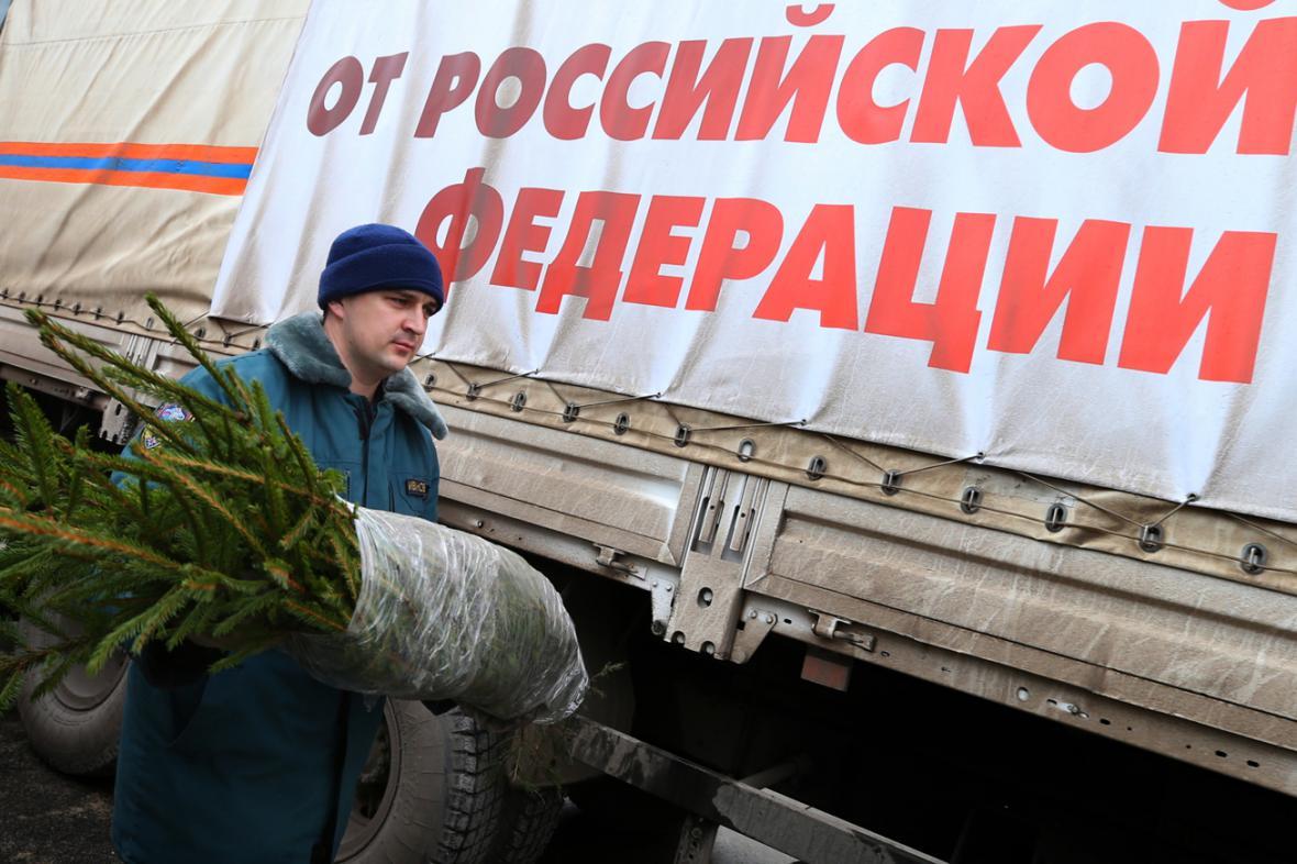 Desátý ruský konvoj přivezl na Ukrajinu i vánoční stromky