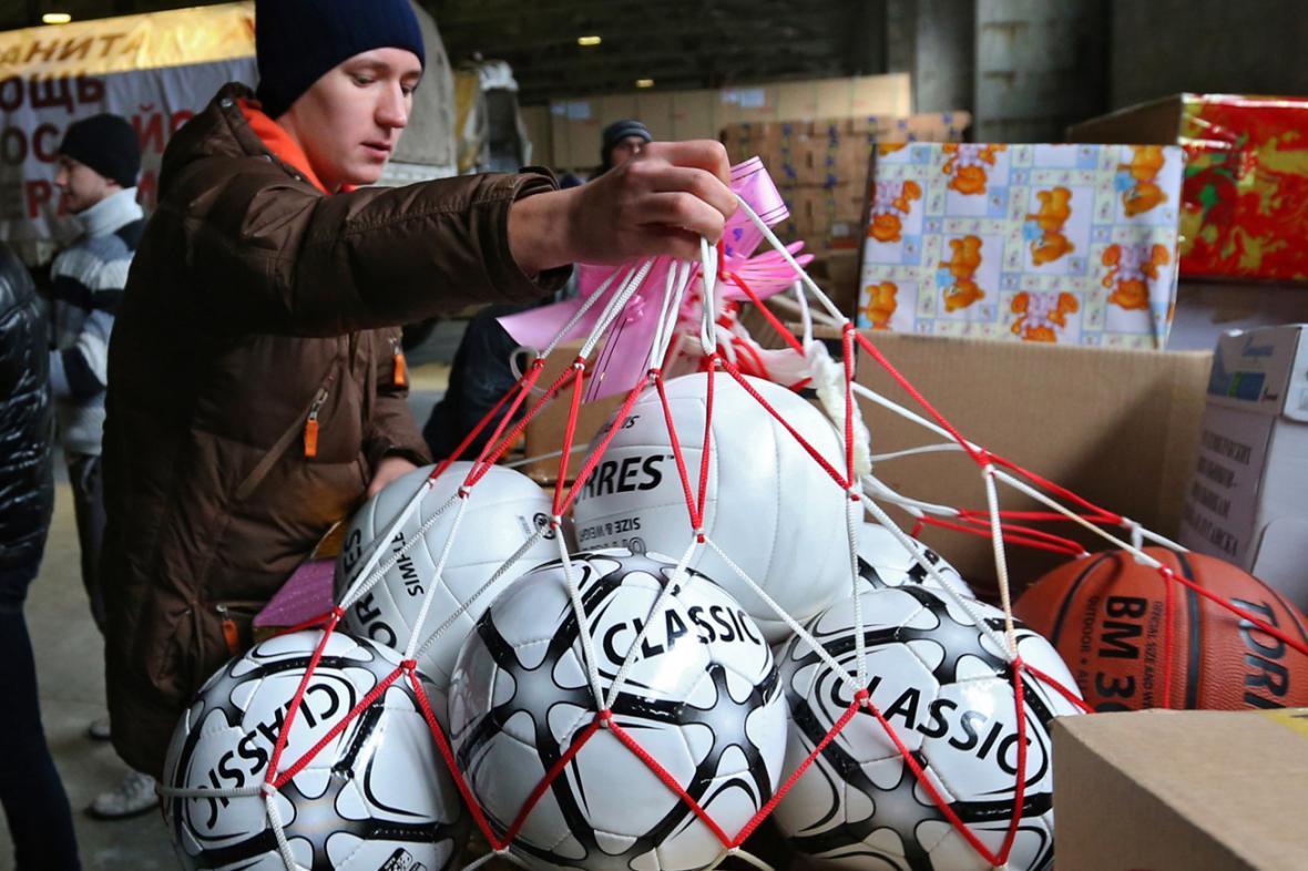 Desátý ruský konvoj přivezl i dárky ukrajinským dětem