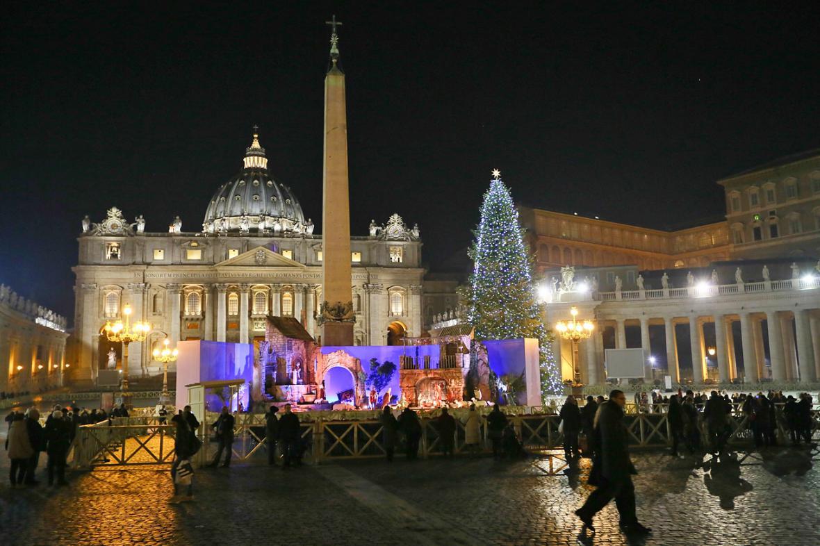 Vánoční strom a jesličky na Svatopetrském náměstí