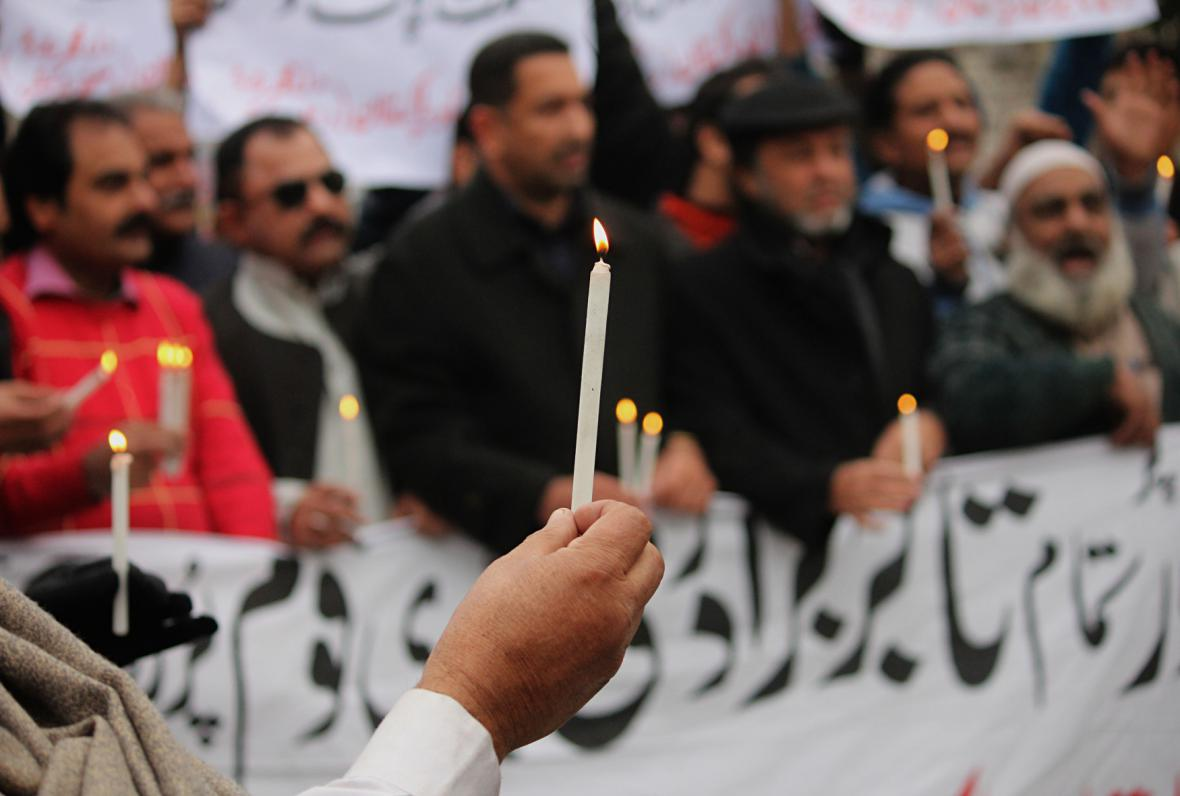 Zapálené svíčky na znamení protestu proti útoku Talibanu v Péšávaru