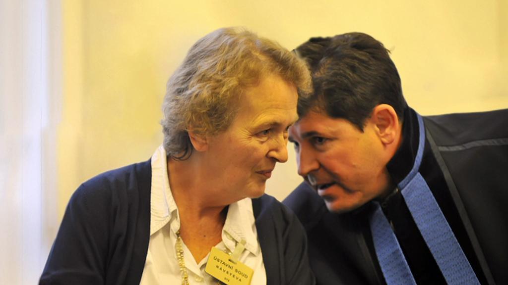 Alžběta Pezoldová se svým advokátem