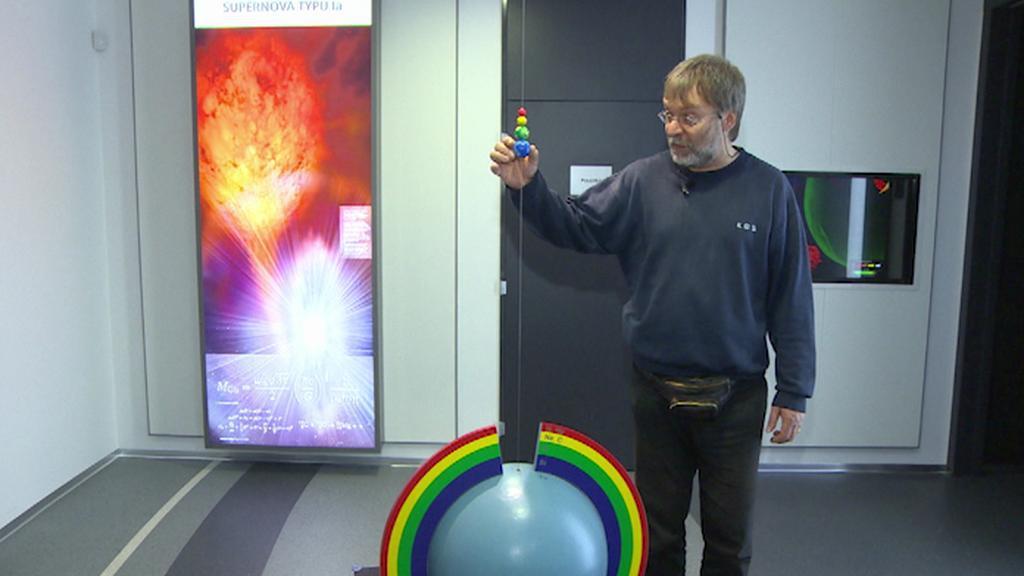 Miroslav Krejčí ukazuje expozici planetária
