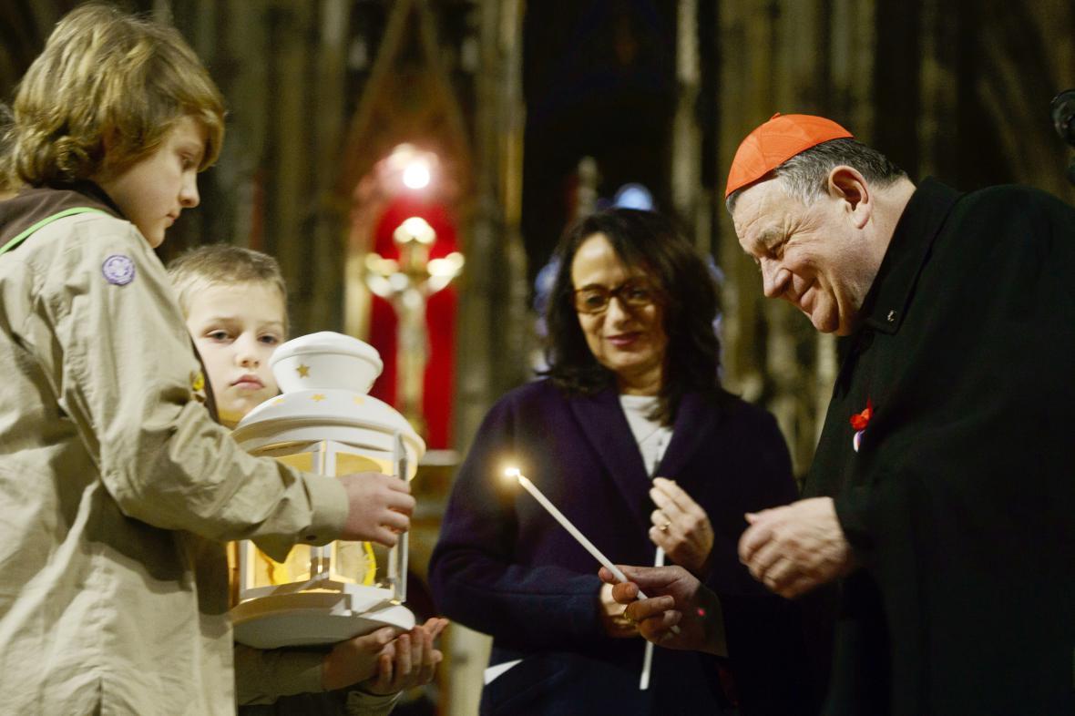 Pražský arcibiskup Dominik Duka a primátorka hlavního města přebírají od skautů Betlémské světlo