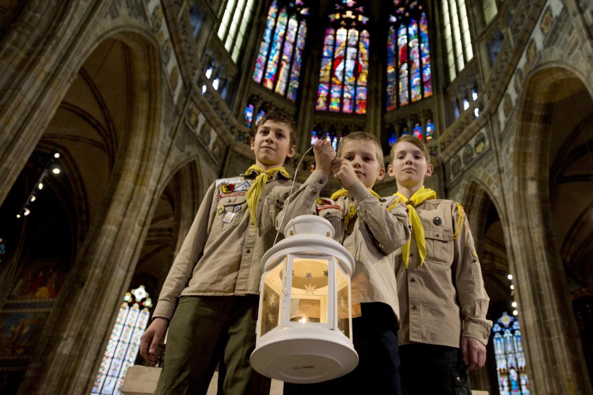 Skauti s lucernou v katedrále sv. Víta na Pražském hradě