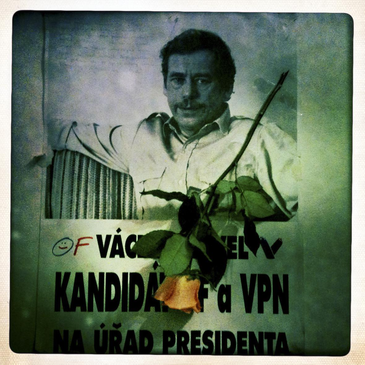 Smuteční zátiší s portrétem Václava Havla na plakátu z roku 1989