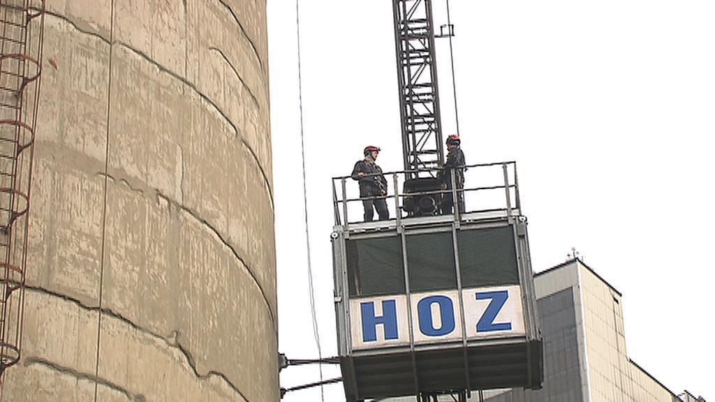 Nahoru dělníci jezdí výtahem
