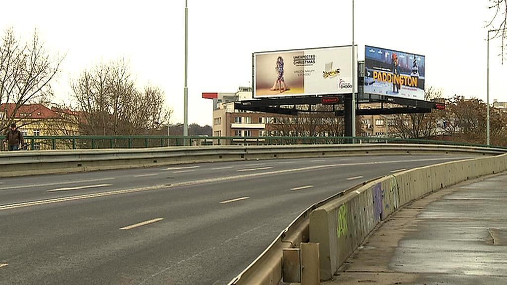 Předpisy omezovaly i venkovní billboardy