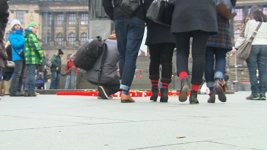 Lidé si v rámci třetího výročí Havlova úmrtí vyhrnují nohavice