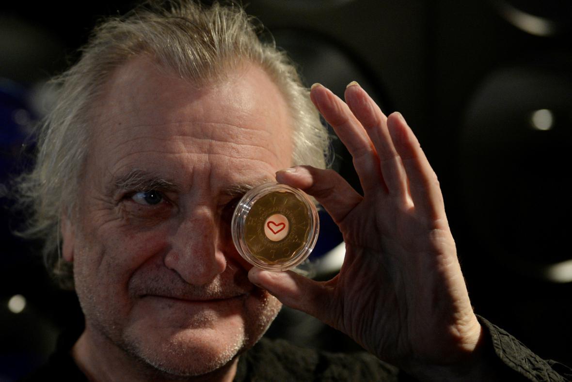 Bořek Šípek s medailí k třetímu výročí úmrtí Václava Havla