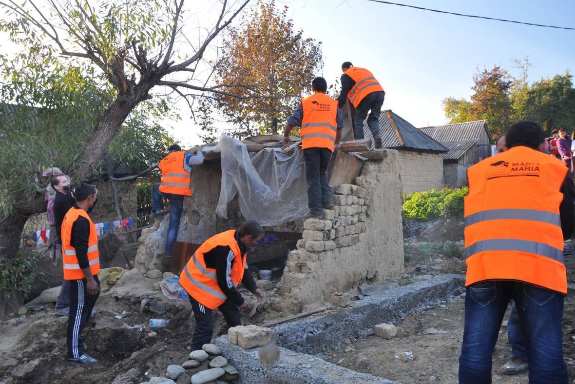 Dobrovolníci nejprve zbořili stávající ruinu