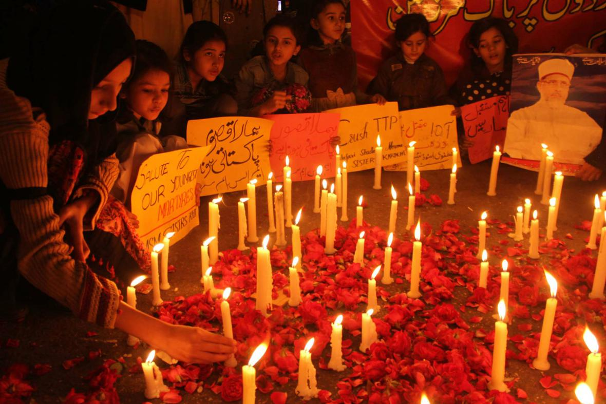 Pákistán truchlí za oběti útoku ve škole v Péšávaru
