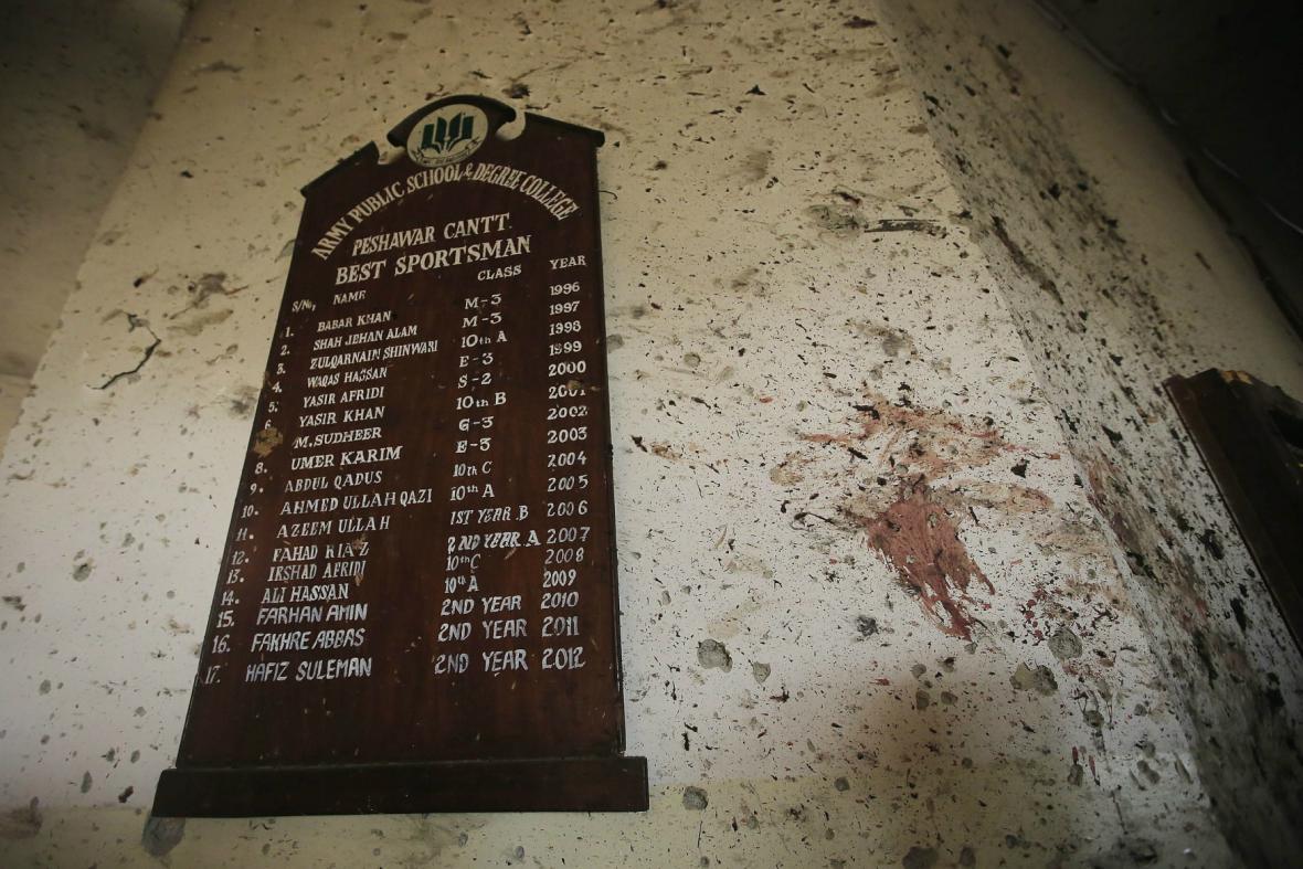 Následky masakru ve škole v Péšávaru
