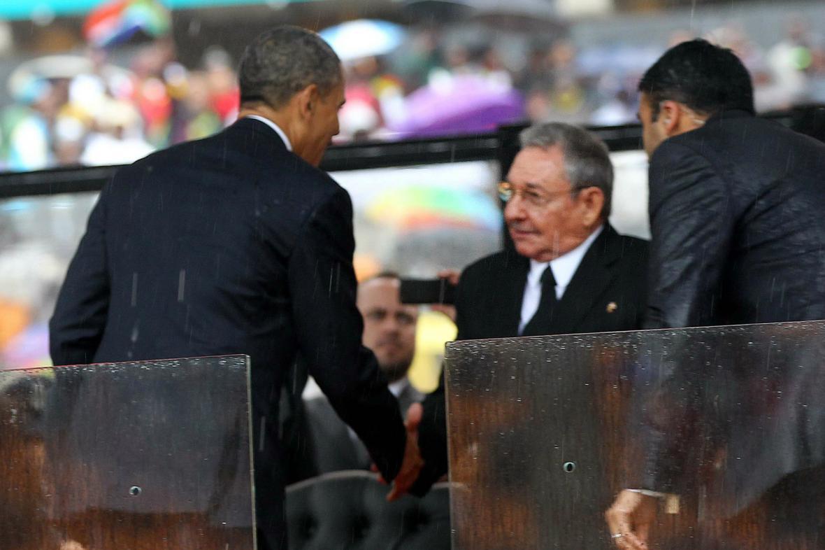 Barack Obama a Raúl Castro na pohřbu Nelsona Mandely