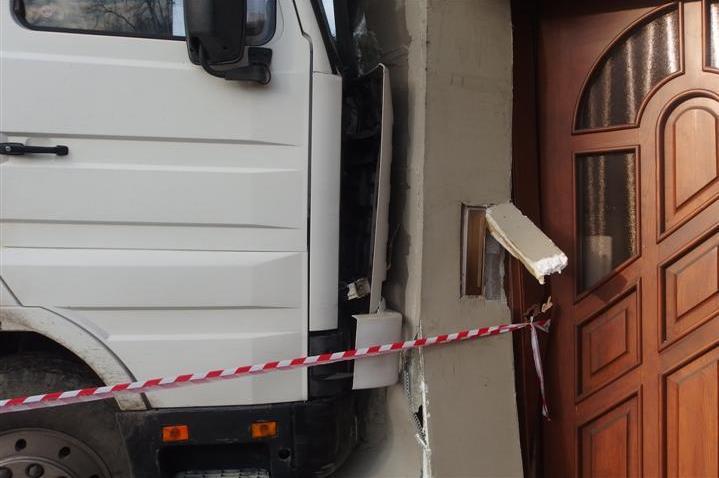 Nákladní auto narazilo do domu v Kojetíně
