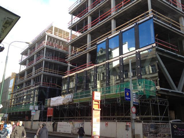 8. února jsem, při čekání na tramvaj, vyfotil stavbu obchodního centra Quadrium