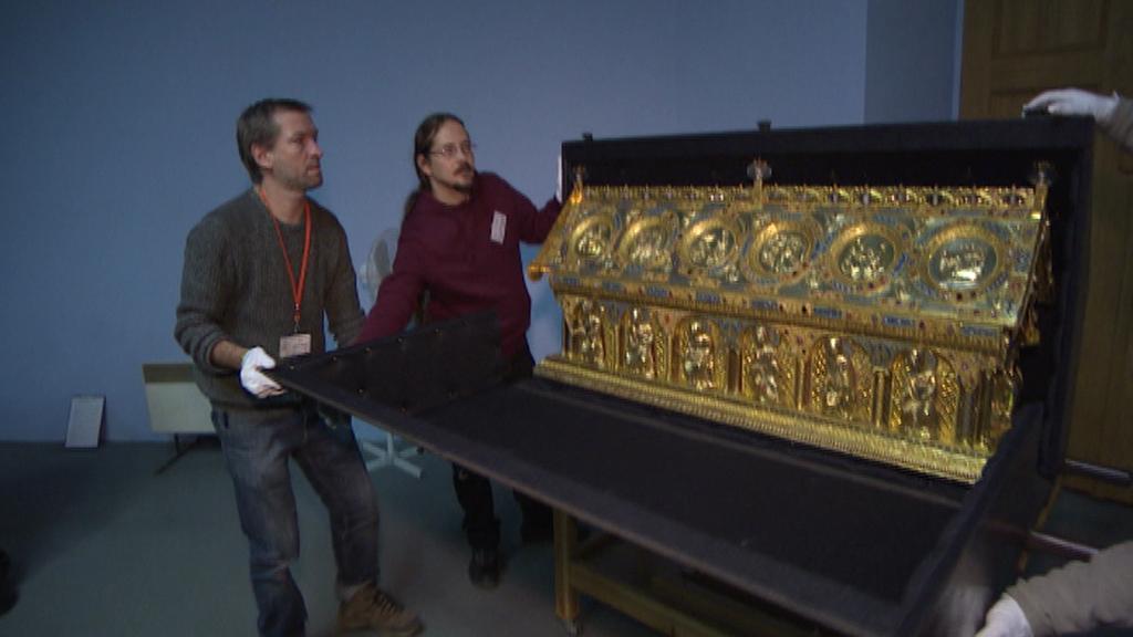 Zavírání relikviáře do přepravní schránky