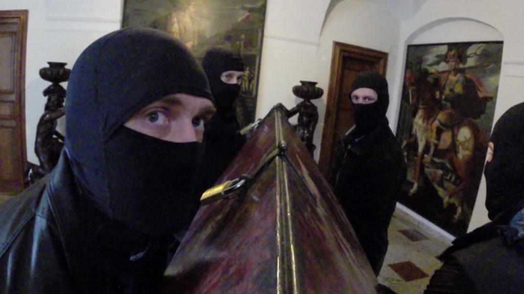 Policejní URNA při transportu schránky