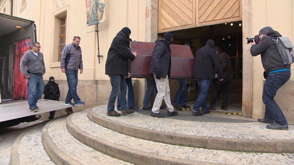 Příjezd relikviáře do Jízdárny Pražského hradu