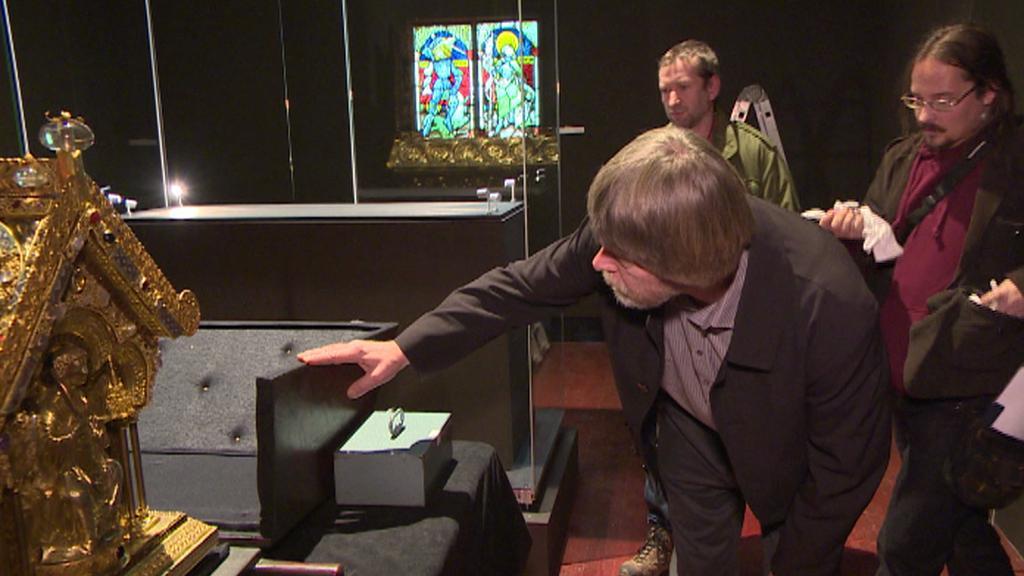 Restaurátor Andrej Šembera kontroluje relikviář