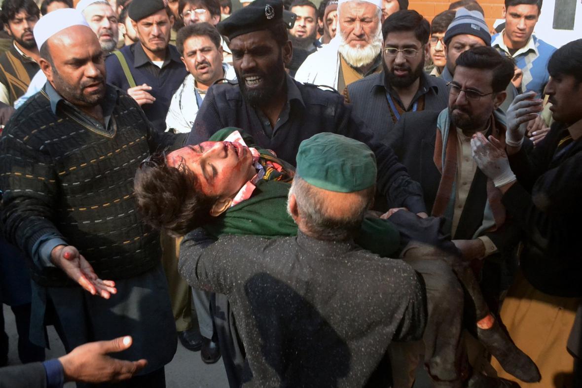 Pákistánské bezpečnostní síly vynášejí ze školy zraněného studenta
