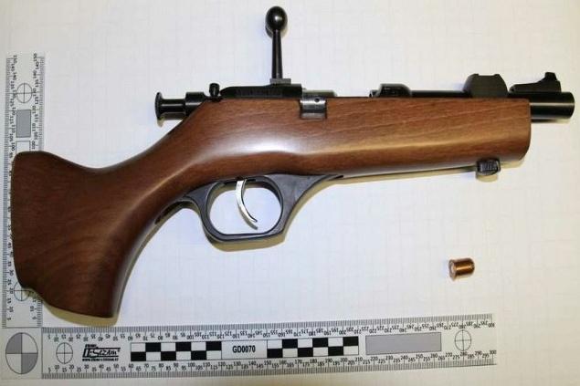Policisté našli u hrobníka při domovní prohlídce nestandardně upravenou zbraň