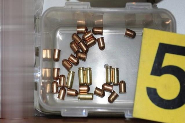 Při domovní prohlídce u hrobníka našli policisté i náboje