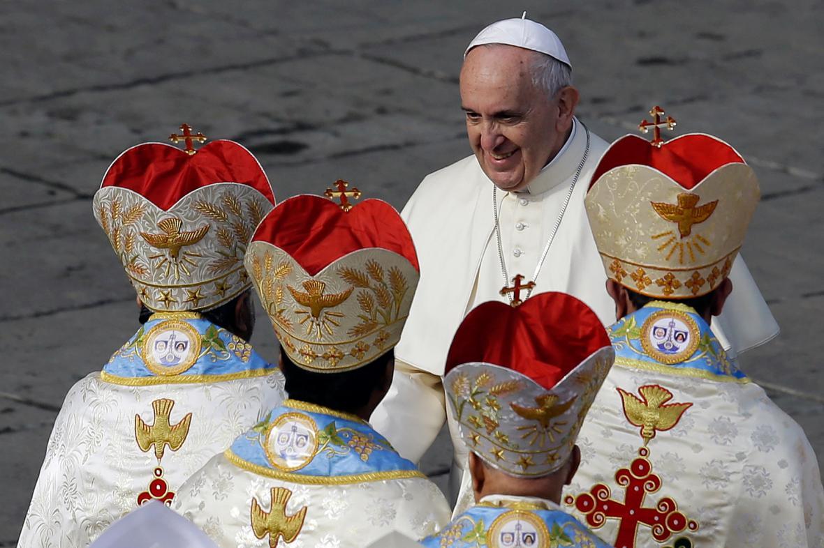 Papeš František s preláty po kanonizační mši