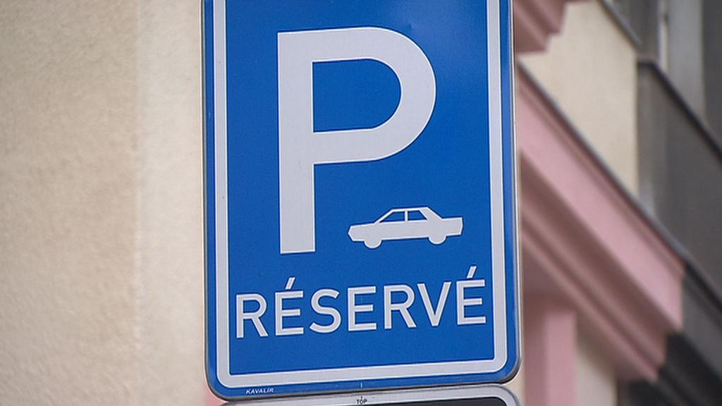 Dopravní značka u modré zóny