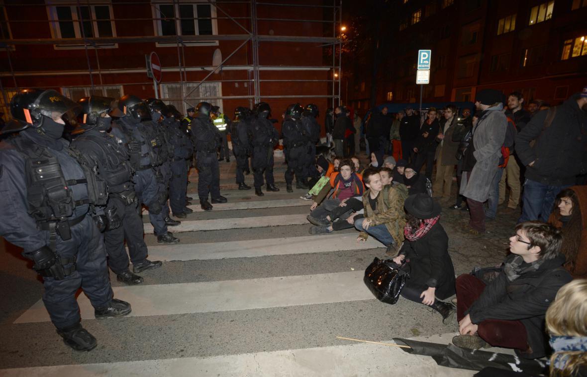 Aktivisté proti vyklizení bývalé polikliniky
