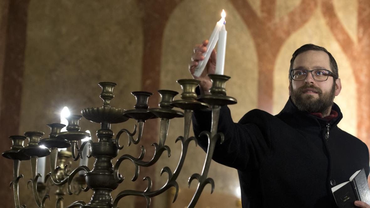 Zapálení první svíčky během chanuky