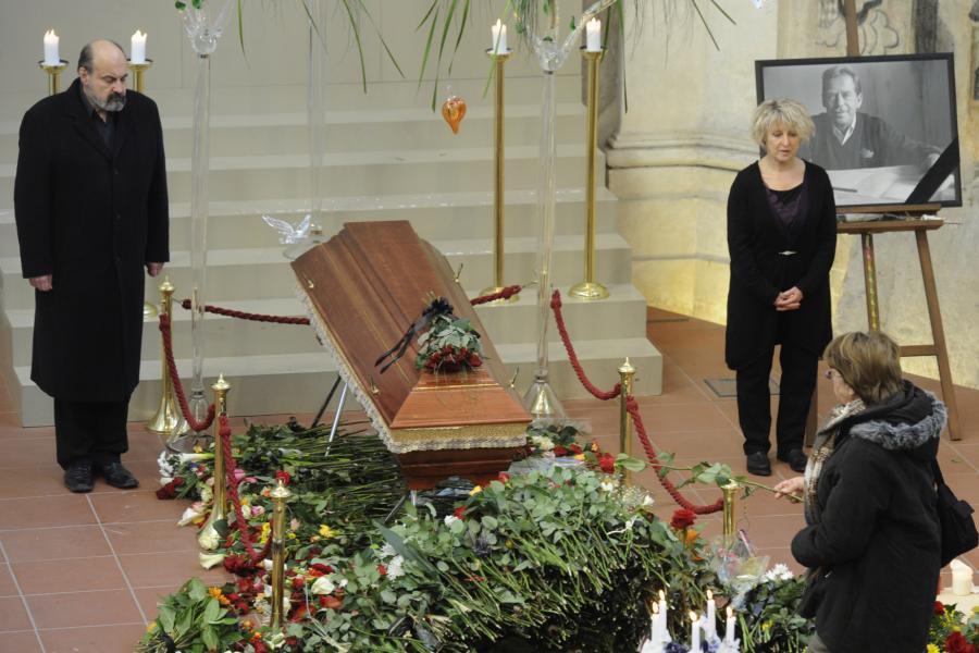 Rakev s ostatky Václava Havla v kostele Pražské křižovatky