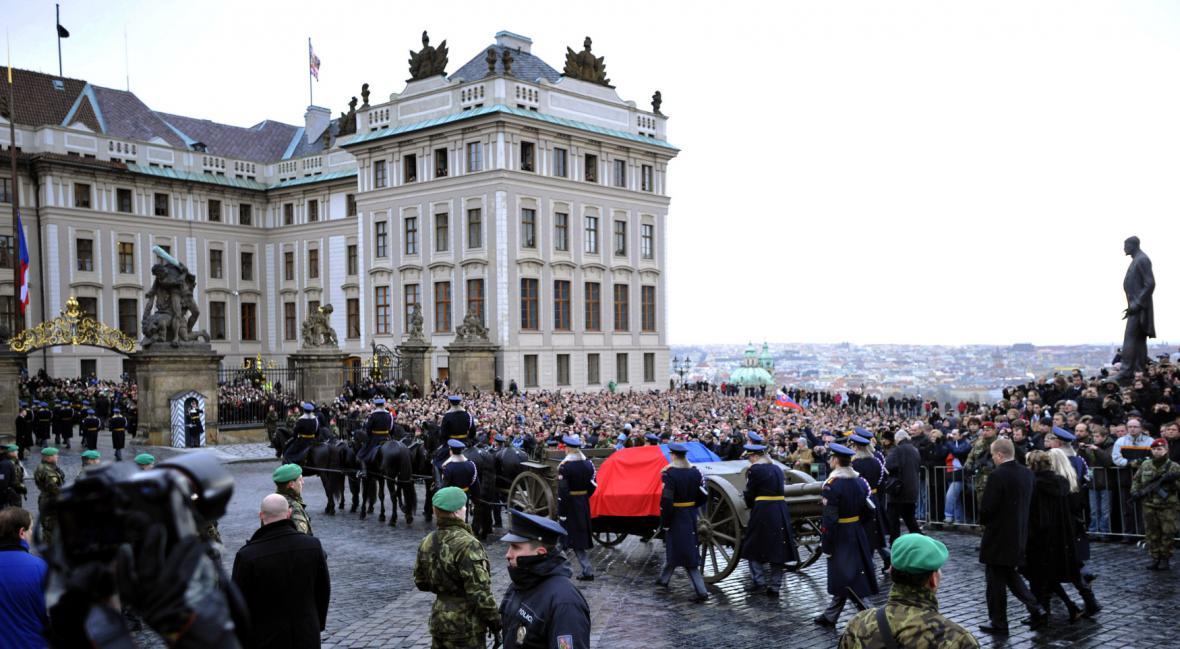 Rakev s ostatky Václava Havla na lafetě historické houfnice