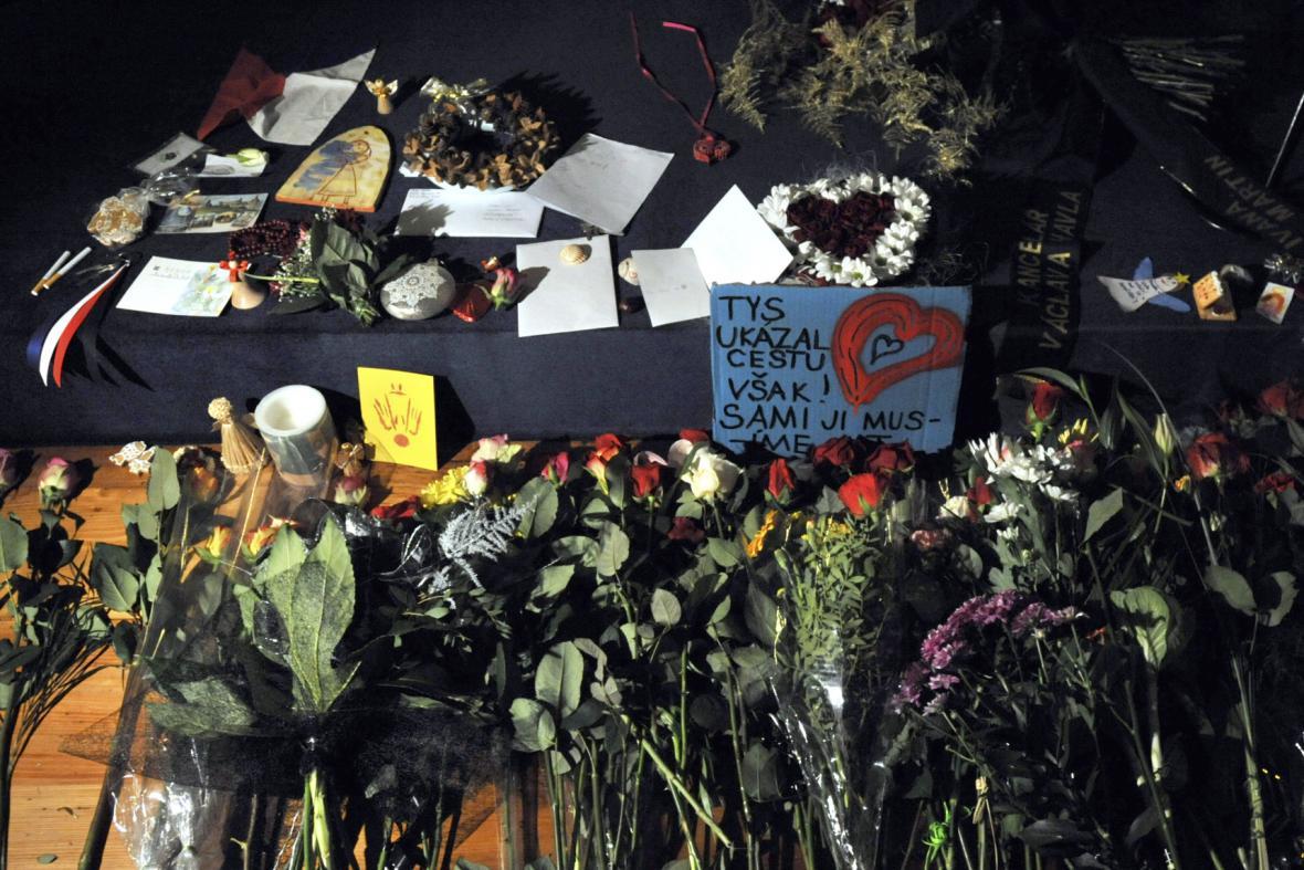 Květiny a vzkazy pro Václava Havla u jeho ostatků ve Vladislavském sále